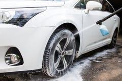 Ruota di automobile di lavaggio con acqua ad alta pressione Fotografie Stock