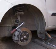 Ruota di automobile sulla stazione di riparazione dell'automobile Fotografia Stock Libera da Diritti