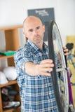 Ruota di bicicletta d'allineamento dell'uomo Fotografie Stock