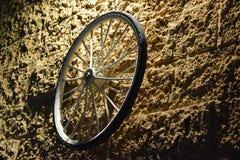 Ruota di bicicletta su una parete di pietra di giallo del mattone alla notte Israele, Dimona, ` di MOR del `, 2018 immagine stock libera da diritti