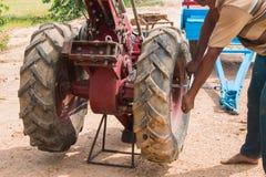 ruota di cambiamento dell'agricoltore del carretto a mano Fotografia Stock Libera da Diritti