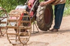ruota di cambiamento dell'agricoltore del carretto a mano Fotografia Stock