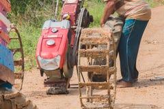 ruota di cambiamento dell'agricoltore del carretto a mano Immagine Stock Libera da Diritti