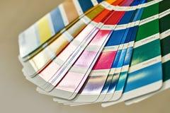 Ruota di colore per la scelta del tono della pittura, campioni di varie pitture Fotografie Stock Libere da Diritti