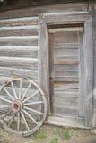 Ruota di legno e vecchia entrata Immagine Stock