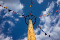Ruota di Palo e bandiere colorate sul fondo del cielo Fotografie Stock Libere da Diritti