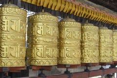 Ruota di preghiera alta chiusa al tempio a Kathmandu, Nepal Fotografia Stock