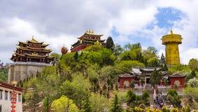 Ruota di preghiera e tempio tibetani giganti di Zhongdian - privince del Yunnan, Cina fotografie stock libere da diritti