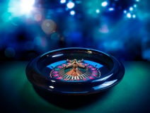 Ruota di roulette con un fondo luminoso e variopinto Immagine Stock