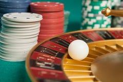 ruota di roulette del casinò con la palla sul numero 5 Fotografia Stock