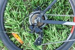 Ruota di una bicicletta sull'erba immagine stock libera da diritti