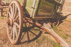 Ruota di vagone rustica stagionata e vecchia immagini stock