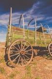 Ruota di vagone rustica stagionata e vecchia immagine stock
