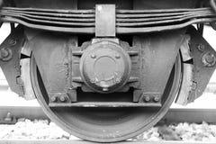 Ruota e freno del treno vicini su su una ferrovia del treno merci fotografia stock libera da diritti