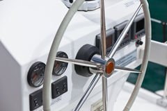 Ruota e mezzo di controllo dell'yacht di navigazione Fotografia Stock