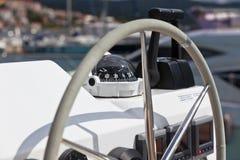 Ruota e mezzo di controllo dell'yacht di navigazione Immagine Stock Libera da Diritti