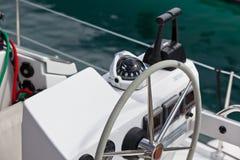 Ruota e mezzo di controllo dell'yacht di navigazione Immagine Stock