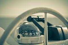 Ruota e mezzo di controllo dell'yacht di navigazione Witho orizzontale del colpo Fotografia Stock
