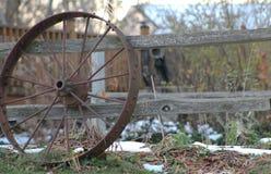 Ruota e recinto rustici Fotografia Stock Libera da Diritti