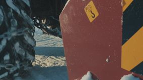 Ruota e vite del trattore che rimuovono neve dalla strada archivi video