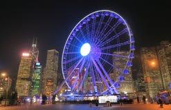 Ruota Hong Kong di paesaggio urbano e di ferris di notte Fotografie Stock Libere da Diritti