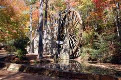 Ruota idraulica di autunno immagini stock