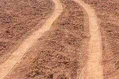 Ruota motrice sulla terra Camion della ruota che ha lasciato le tracce Immagini Stock