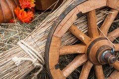 Ruota, paglia e fieno del carretto Fotografie Stock