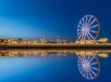 Ruota panoramica al boulevard del mare in Baku Azerbaijan immagini stock libere da diritti