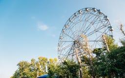Ruota panoramica al parco di divertimenti della riva del fiume dell'Amur in Chabarovsk, Russia immagine stock