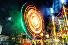 Ruota panoramica alla notte sulle esposizioni lunghe Fotografie Stock Libere da Diritti