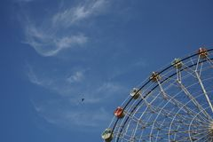 Ruota panoramica e cielo blu nella caduta Fotografia Stock