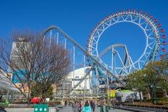 Ruota panoramica e montagne russe al parco di divertimenti della città di Tokyo Dome Immagine Stock