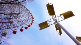 Ruota panoramica gigante di Tempozan del punto di riferimento nel villaggio del porto di Tempozan con la scultura del vento archivi video