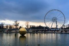 Ruota panoramica grande di Roue della La e una sfera dorata a Parigi Fotografia Stock Libera da Diritti