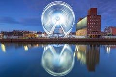 Ruota panoramica nel centro urbano di Danzica alla notte Fotografie Stock