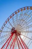 Ruota panoramica su un fondo di chiari cielo blu e sole Fotografia Stock