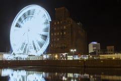 Ruota panoramica sulla passeggiata della città di Danzica alla notte poland fotografia stock