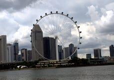 Ruota panoramica in tempo nuvoloso a Singapore immagini stock libere da diritti