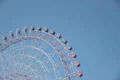 Ruota panoramica in un chiaro cielo blu piacevole con spazio per testo fotografie stock