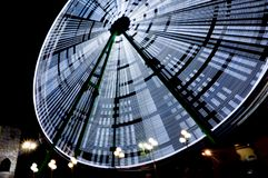 Ruota panoramica in un parco di divertimenti alla notte, esposizione lunga Concetto di festa immagini stock libere da diritti