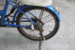 Ruota posteriore della vecchia bicicletta blu immagini stock