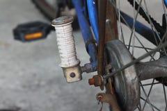 Ruota posteriore della vecchia bicicletta blu immagine stock libera da diritti
