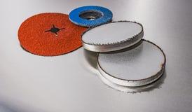 Ruote abrasive della falda dei dischi su fondo metallico Immagini Stock