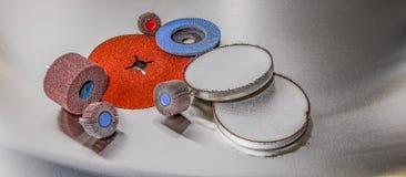 Ruote abrasive della falda dei dischi su fondo metallico Immagini Stock Libere da Diritti