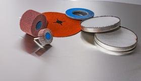 Ruote abrasive della falda dei dischi su fondo metallico Immagine Stock