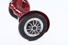 Ruote del bordo di librazione, fine su della ruota doppia, auto che equilibra, pattino elettrico su fondo bianco Trasporto ecolog Fotografia Stock