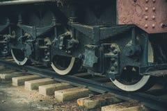 Ruote del ferro del treno locomotivo del motore a vapore sulla strada ferrata Immagini Stock Libere da Diritti