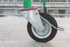 Ruote del primo piano, il nero delle ruote sul pavimento Fotografia Stock