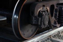 Ruote del treno merci sulle rotaie immagini stock libere da diritti